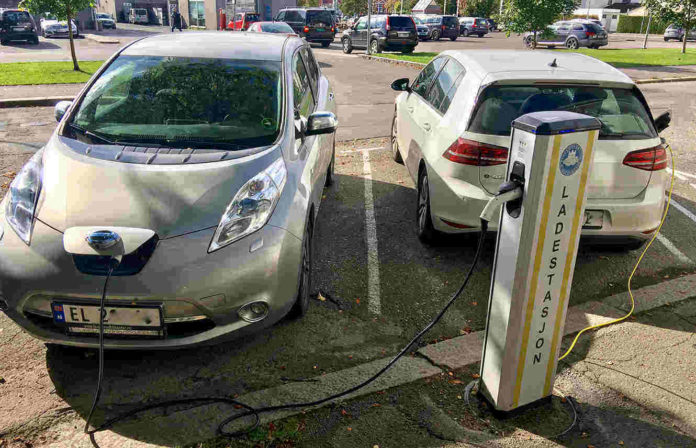 rsz_electric_vehicle_charging_station_ladestasjon_for_elbil_nissan_vw_e-golf_storgaten_tønsberg_kommune_norway_2017-09-20_01